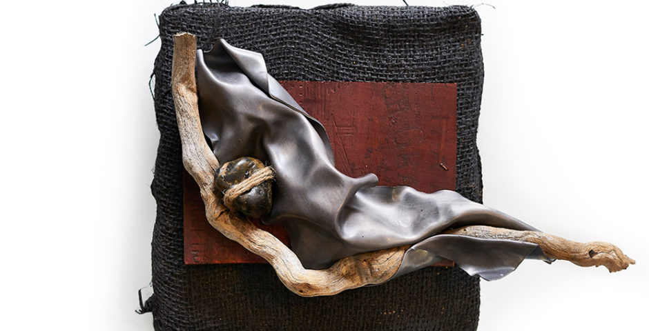 Petit esprit des vagues 2019 - SOLD  I  ^ 20cm x 20cm deadwood - stone - burlap & lead <br> Price 180 € (VAT included)